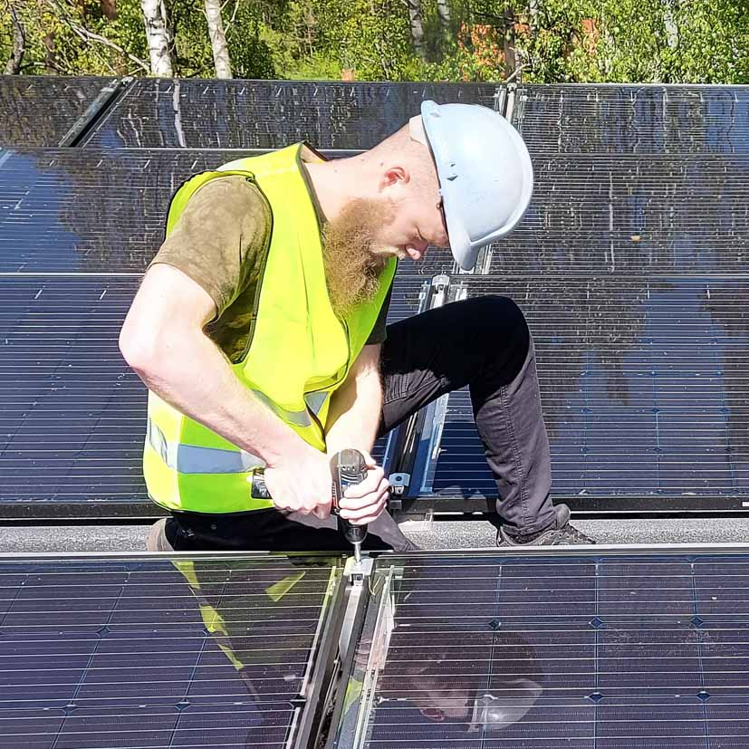 Saulės elektrinių montavimas ant stogo
